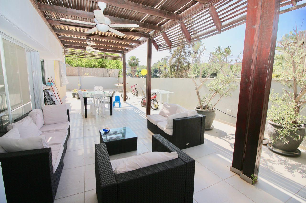 5 pièces avec une immense terrasse souccah au centre de Raanana